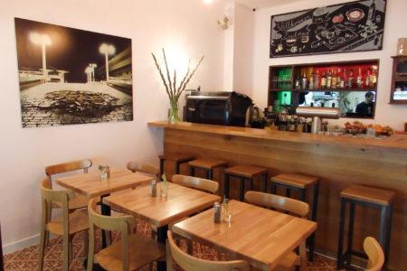 Bar mit Tischen